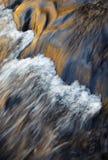 一条被弄脏的秋天河的抽象表面 免版税库存照片