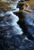 一条被弄脏的秋天河的表面 免版税图库摄影