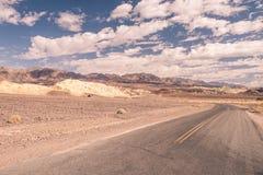 一条被忘记的路在死亡谷沙漠  库存照片