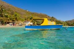 一条被手工打造的可住宿的游艇在迎风群岛 库存图片