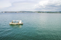 一条被放弃的小船在海在克罗地亚 图库摄影