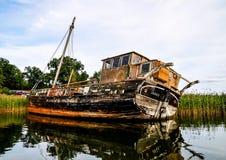 一条被放弃的老小船 图库摄影