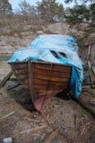 一条被放弃的老木小船 免版税库存照片