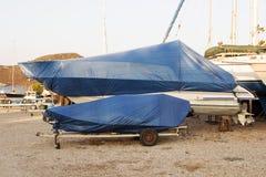 一条被盖的小船在造船厂 免版税库存照片
