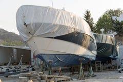 一条被盖的小船在造船厂 库存照片