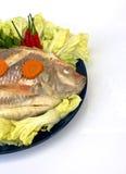 一条被蒸的罗非鱼鱼装饰与蔬菜 库存照片