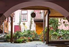一条装饰的学校街道的片段在老城市城堡的  Sighisoara市在罗马尼亚 免版税库存图片