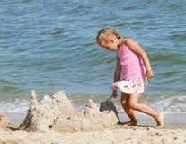 一条裙子的女孩在海滩 免版税库存图片