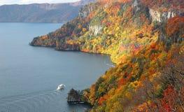 一条观光的小船的鸟瞰图秋天十和田湖的,在Towada Hachimantai国家公园,青森,日本 免版税图库摄影