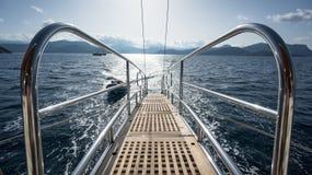 一条豪华小船台阶向在风帆期间的海 免版税库存照片