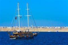 一条豪华木风船在反对独特的Ras默罕默德的蓝天的红海 免版税图库摄影