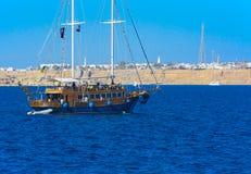 一条豪华木风船在反对独特的Ras默罕默德的蓝天的红海 图库摄影