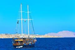 一条豪华木风船在反对独特的Ras默罕默德的蓝天的红海 免版税库存照片