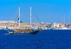 一条豪华木风船在反对独特的Ras默罕默德的蓝天的红海 库存照片