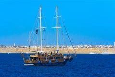 一条豪华木风船在反对独特的Ras默罕默德的蓝天的红海 免版税库存图片