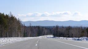 一条路向贝加尔湖湖在春天 免版税图库摄影