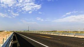 一条路的地平线在一个晴天 免版税库存图片