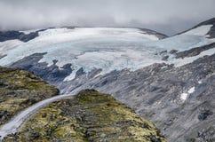 一条路的看法从Dalsnibba观点视图的巨大的冰川在背景中 免版税库存照片