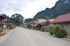 一条路的看法在村庄 免版税库存图片