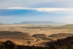 一条路的看法通过犹他州 库存图片