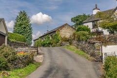 一条路通过一个传统英国村庄 免版税库存图片