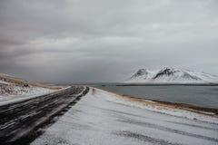 一条路通过一个多雪的风景在冰岛 库存图片