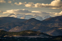 一条路通过科罗拉多山 库存照片