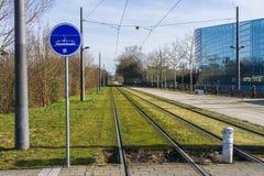 一条路面电车线的铁路与路牌的 免版税库存照片