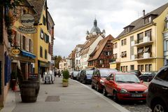 一条车道在老镇Selestat市在法国 库存图片