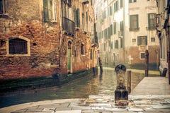 一条运河在威尼斯意大利 库存图片