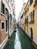 一条运河在威尼斯,意大利 免版税库存图片
