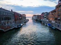 一条运河在有亚得里亚海的威尼斯在背景中 免版税库存照片