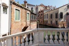 一条运河的典型的看法从一peshmoist与栏杆的支,威尼斯,意大利的 库存照片