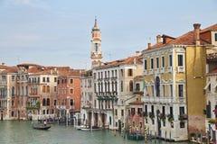 一条运河的看法有长平底船的在威尼斯,意大利 免版税库存照片