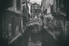 一条运河的瞥见在威尼斯古董照片的 免版税库存图片