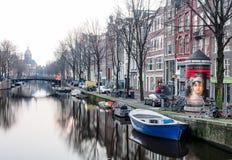一条运河的美好的风景在阿姆斯特丹 免版税库存照片