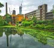 一条运河穿过城市 免版税库存照片