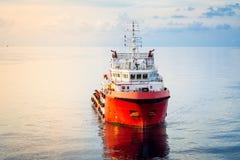 一条近海供应小船 免版税库存图片