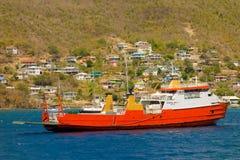 一条退休的轮渡停住在海军部海湾, bequia 库存照片