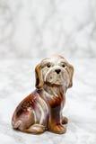 一条逗人喜爱的狗的小雕象与拷贝空间的 免版税图库摄影
