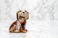 一条逗人喜爱的狗的小雕象与拷贝空间的 库存图片