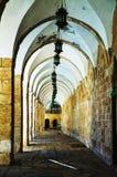 一条通道的曲拱在圣殿山的在耶路撒冷 免版税图库摄影