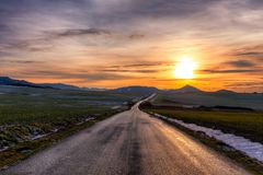 一条道路穿过谷 免版税库存照片