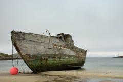一条遭到海难的小船的左舷 图库摄影