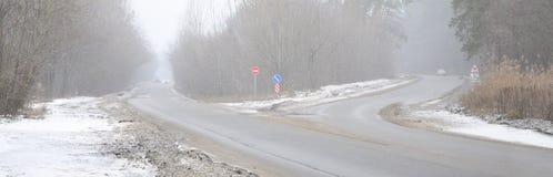 一条郊区柏油路的交叉路在bli期间的冬天 图库摄影