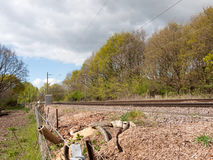 一条铁路轨道在乡下在没有火车和a的英国 库存图片