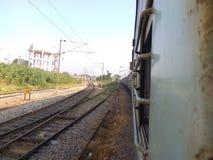 一条铁路轨道的看法从一列火车的在卡纳塔克邦,印度 库存照片