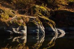 一条镜子般的河 库存照片
