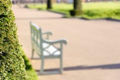 一条长凳在公园,沉寂平安休息,在右边的拷贝空间 免版税库存照片