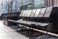 一条长凳在大厦的外在区域 库存图片